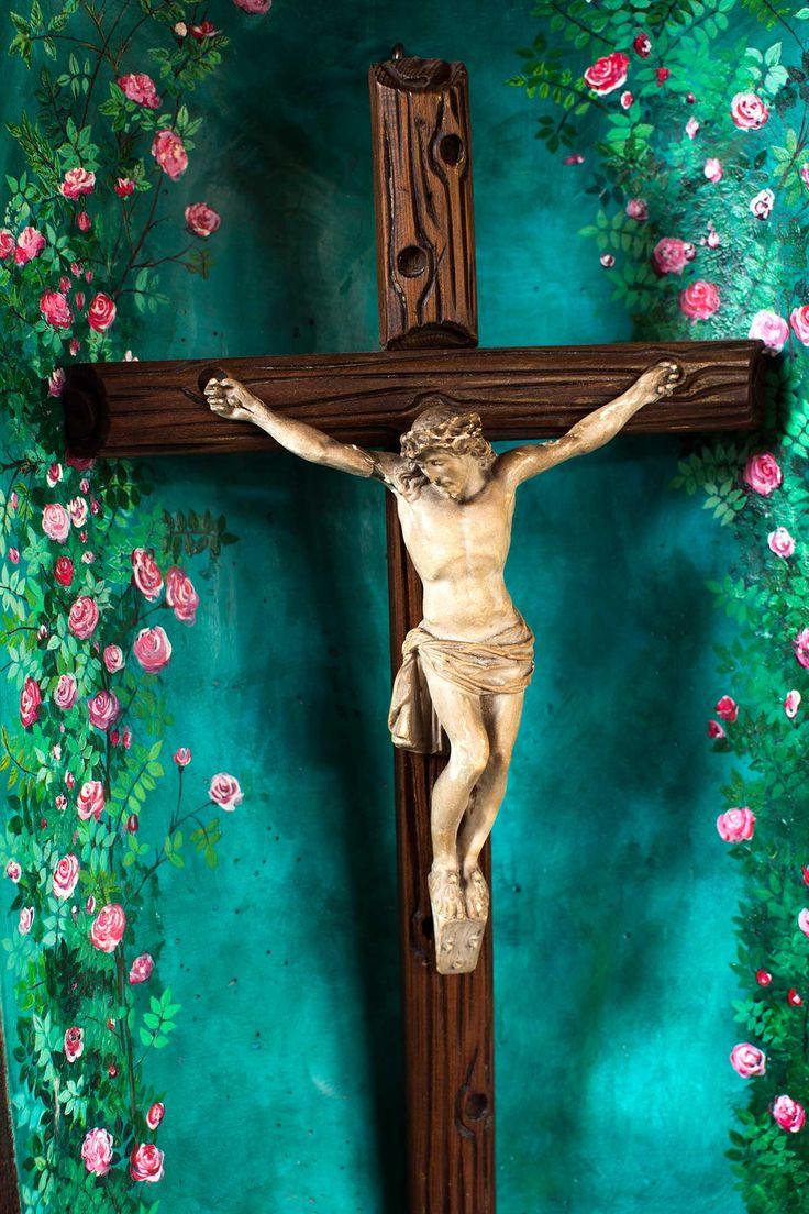 Krucyfiks z ceramiczną figurką Chrystusa z domowej kapliczki