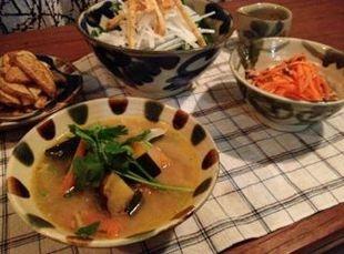 沖縄陶器のある食卓は元気になりますね