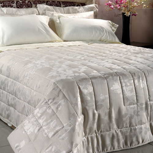Luxurius bedcovers, towels and bathrobes, especially designed for the wedding day and night
