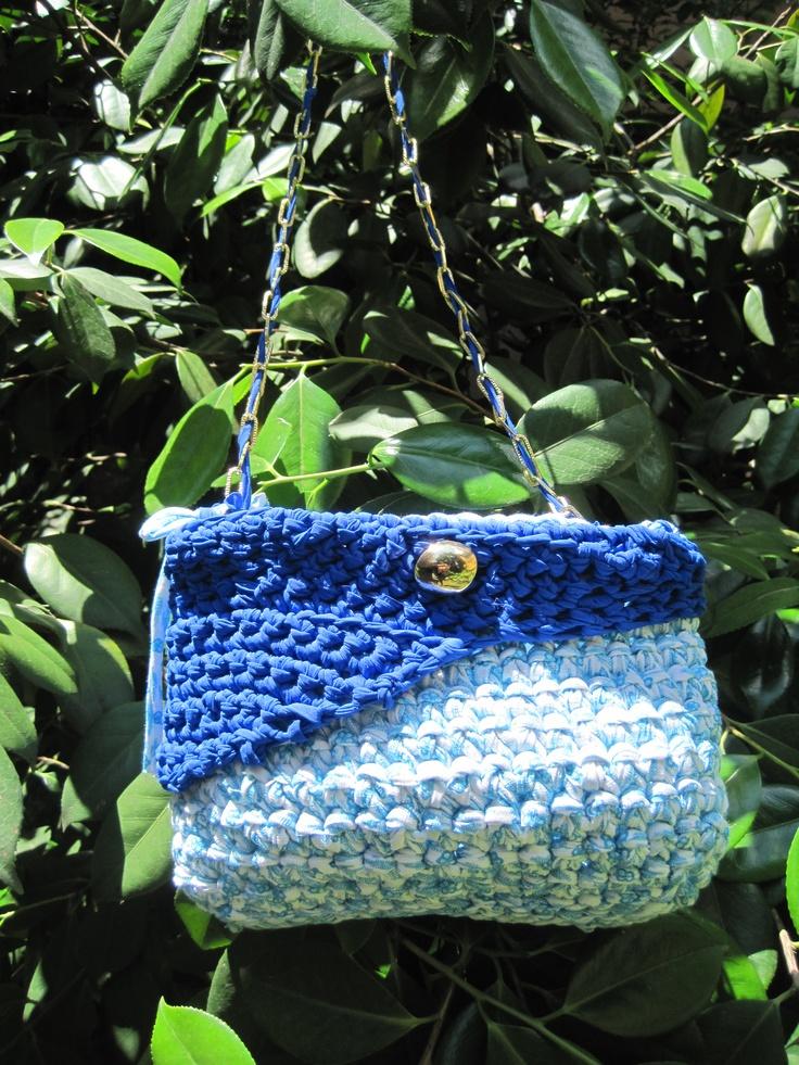 Estroversa e dinamica la borsa a tracolla blu elettrica con catenella!