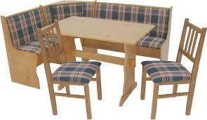 Ésta es una mesa para la cocina y normalmente necesita de una tabla antes que la gente coma durante la comida y la cena.