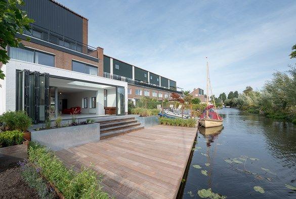 Onderhoudsvriendelijke achtertuin aan het water