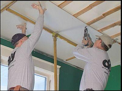 ... du placo au plafond et refaire un plafond avec du placoplâtre. Alo