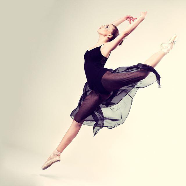 2016/11/17 11:26:27 lespas.jp * バレティスって知ってる?バレエとピラティスを融合! · バレティスは、バレエの優雅さに、ピラティスの呼吸法を取り入れて体幹を整えるためのエクササイズです。 · バレリーナの優雅で美しい動きが体幹の強さと体の柔軟性から来るものでそれをトレーニングに入れられないかということでできました。 · しかもバレエそのものではないため、動きが簡単で手軽にできるという点が人気を呼んでいます。肩凝りや腰痛、O脚など多くの人が悩みがちな問題を解決してくれるという点がさらに拍車をかけています。 · バレティスは体幹を効果的に整えてくれるのでダイエットやスタイルの改善に効果が高いエクササイズと言えます。 · #バレエ #写真 #ballet #ナチュラル #dance #model #cute #レッスン #レスパス #workout #lespas #ダイエット #beauty #美ボディ #健康 #ライフスタイル #エクササイズ #通い放題 #トレーニング #ワークアウト #sports #おしゃれ #スポーツ #筋トレ  #健康