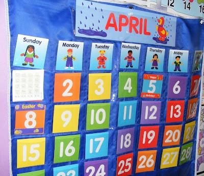 гениальная идея! настенные карманы прозрачные. Вверху - назв. месяца, потом дни недели, потом числа. А на карточках с числами с обратной стороны календарь погоды. Какие бывают облака, что происходит с деревьми  и пр. Идеи для изнанки http://www.1plus1plus1equals1.com/CalendarConnections.html