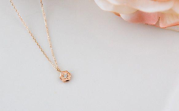 小さなモチーフに洋彫りとダイヤモンドを合わせた「Miette」シリーズの『ヘキサゴン ネックレス』です。均整のとれた六角形のつや消しモチーフに厳選したダイヤモ... ハンドメイド、手作り、手仕事品の通販・販売・購入ならCreema。