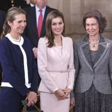 <p>L'infante Elena, la princesse Letizia et la reine Sofia, les drôles de dames royales ! La famille royale d'Espagne était réunie le 1er avril 2014 au palais d'Orient à Madrid pour la cérémonie de décoration de l'éonomiste Enrique V. Iglesias, fait chevalier de la Toison d'or par le roi Juan Carlos Ier.</p>
