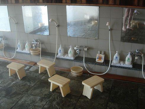 sonara  extraño y hasta loco , pero aun hay baños y duchas publicas , un ejemplo en asía  la gente cuenta con muchos de ellos