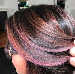 Un castano caldo iridato dalle sfumature malva: si chiama chocolate mauve ed è il colore di capelli cult del 2017. Scopri la tendenza capelli più cool dell'autunno inverno...