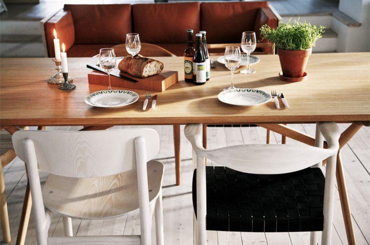 Bord i ek, stol i ask och sadelgjord, soffa i björk och skinn