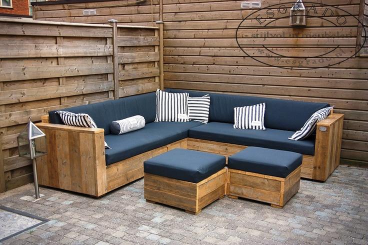 Mooie hoekbank van steigerhout met twee salontafels.