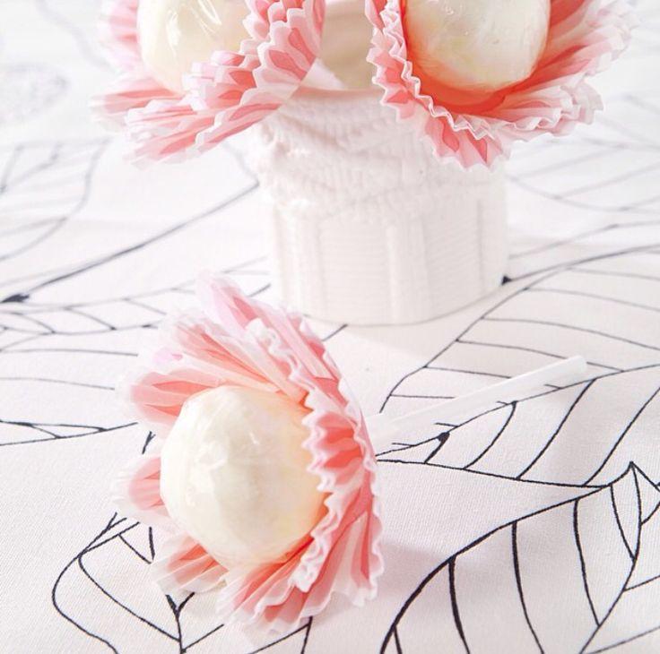 Een lolly met een cupcakevormpje is een bloem! Leuke traktatie.