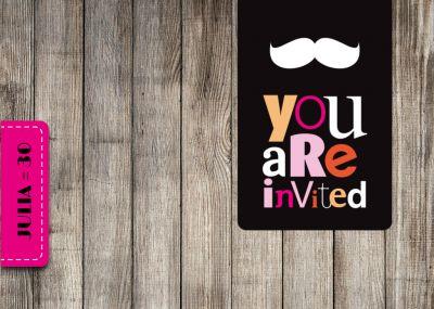 Trendy Einladung zur Geburtstagsparty mit Holz und Labels in Schwarz und Pink.
