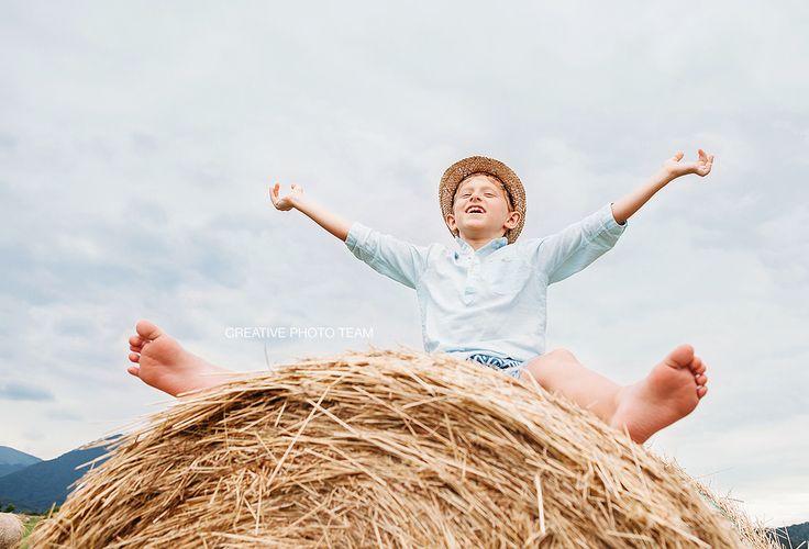 https://flic.kr/p/K8BrSb   Happy smiling boy sits astride on the haystack   Немного о том как прошел день вчерашний. Как быть немного Дядей Федором и немного Томом Сойером.  И о том как здорово иметь домик в деревне :)  Детство без электронных устройств и гаджетов. Детство полное запахов, звуков и новых приключений!  creativephototeam.com