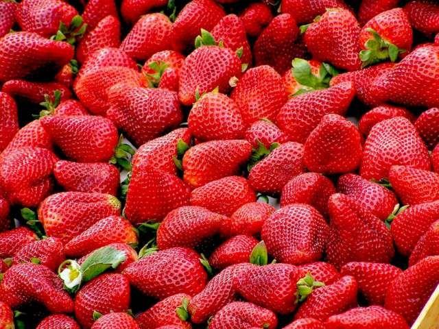 WinNetNews.com - Makanan yang mengandung tingkat pestisida yang tinggi, disebut sebagai selusin kotoran, seperti stroberi, bayam, nectarine, apel, peach seledri, anggur, pir, ceri, tomat, paprika manis, dan kentang. Semuanya diuji positif untuk sejumlah pestisida yang berbeda dan memiliki konsentrasi