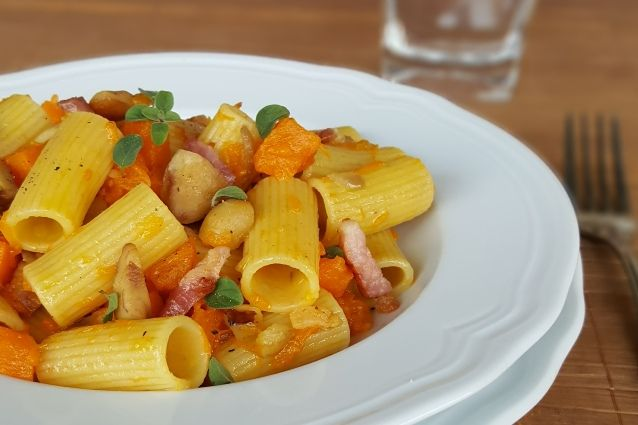 Rigatoni zucca e castagne con pancetta croccante