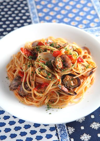 ボンゴレロッソは「ボンゴレ=あさり」「ロッソ=赤」という意味で、あさりをたっぷり使った定番のトマトソースパスタです♪ トマトの酸味とあさり旨味が食欲をそそります!