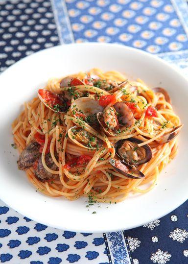 あさりたっぷりボンゴレロッソ のレシピ・作り方 │ABCクッキング ... ボンゴレロッソは「ボンゴレ=あさり」「ロッソ=赤」という意味で、あさりをたっぷり使った定番のトマトソースパスタです♪ トマトの酸味とあさり旨味が食欲をそそり ...