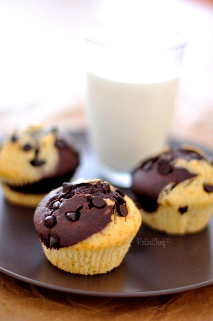 Oğlumun beslenmesine koymak için sık sık muffinler pişiriyorum. Hem yapması hem yemesi oldukça pratik oluyor. İşin içinde çikolata varsa çocuklar her zaman mutlu oluyorlar zaten. Yumuşak, hafif ve çok besleyici bu muffinler beslenme çantaları için ideal. Tabi