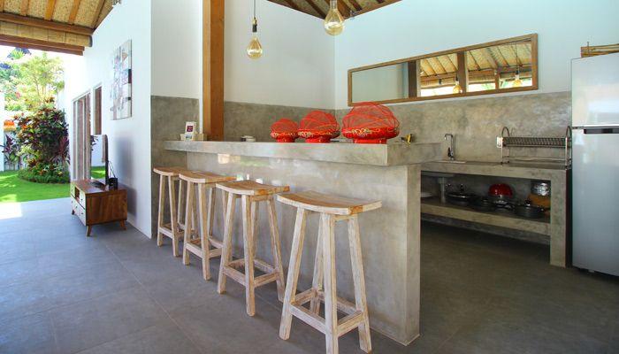 Villa 4 kamar yang disewakan harian di Bali. Dapur terbuka lengkap dengan perabot di villa Thiara