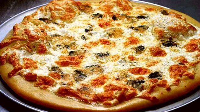 Pizza Gorgonzola, de sabor intenso y textura cremosa. Elaborada con queso azul del mismo nombre. El Gorgonzola tiene un ligero sabor picante y dulce.