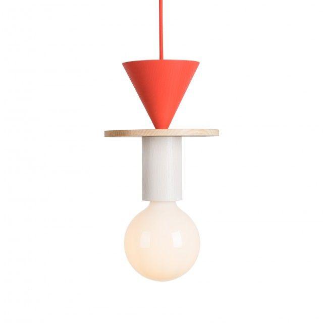 Junit ist eine modulare Pendelleuchte, die aus 8 verschiedenen Elementen besteht. Diese Formen werden in einem deutschen Handwerksbetrieb, nicht weit von unserem eigenen Studio, aus hochwertigem Eschenholz gedrechselt und in unterschiedlichen Farben lackiert. Sie sind mit einer klaren Lackierung oder jede Form in einer anderen Farbe verfügbar. Das Leuchtmittel ergänzt die farbenfrohe Leuchte mit ihrem übergroßen, milchigen Glas, das angenehmes, diffuses Licht abstrahlt. Auch die Kabel sind…