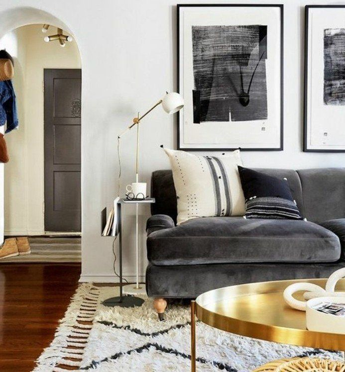 canapé couleur gris anthracite, couleur mur blanche et tapis blanc, table basse dorée, ambiance, propice à la relaxation