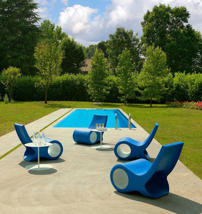 """Το καλοκαίρι """"κοπάδια"""" πολύχρωμων Fish Chair της Cappellini κάνουν την εμφάνιση τους κοντά σε πισίνες και τρέφονται από την ικανοποίηση που προσφέρουν σε όσους ξαποστάσουν πάνω στην ράχη τους."""