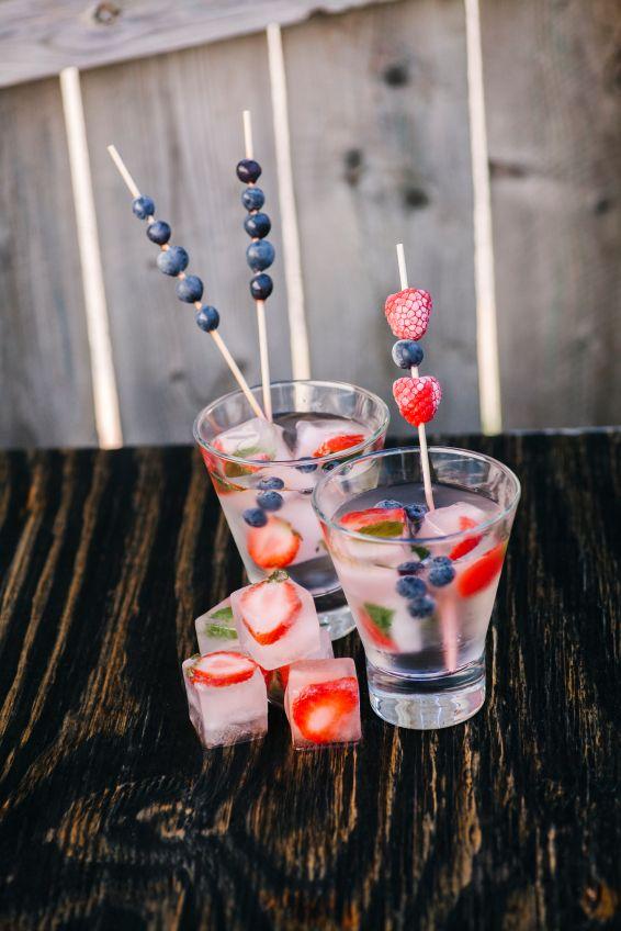 Jamie Oliver'dan bir öneri: Buz kalıplarının içine meyve dilimleri veya lavanta, limon çiçeği, elma çiçeği gibi yenilebilir çiçekler ekle. Harika görünen ve içeceğine nefis bir tat bırakacak buzlar için mutlaka dene!