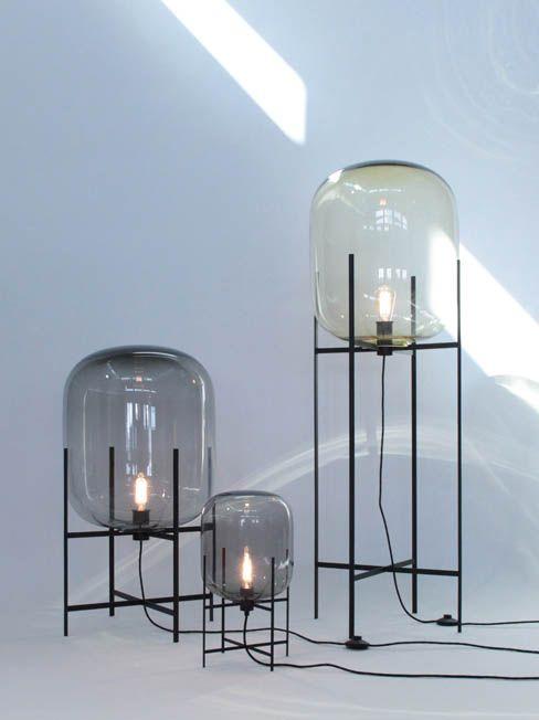 Deze lampen van Sebastiaan Herkner vind ik mooi omdat de combinatie van het geblazen glas met de metalen frames waar de lampen opstaan een soort luchtballon effect geven. Het lampje in het glas lijkt net een vlam, waardoor er lucht in de ballon wordt geblazen.