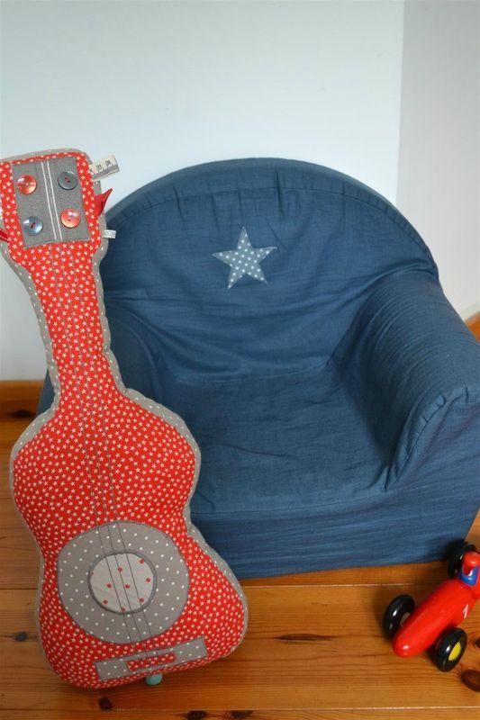 Guitare musicale en tissu et petit fauteuil customisé bleu étoilé