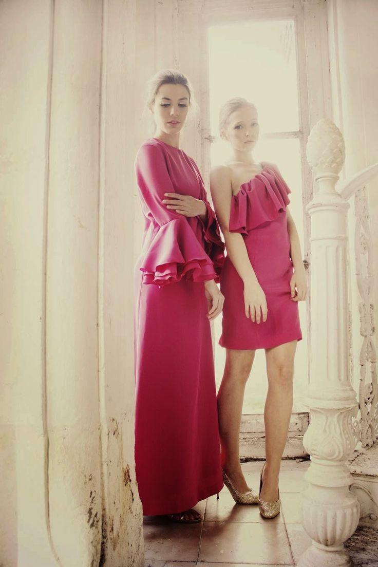 Vestidos largo y corto en rosa fucsia.
