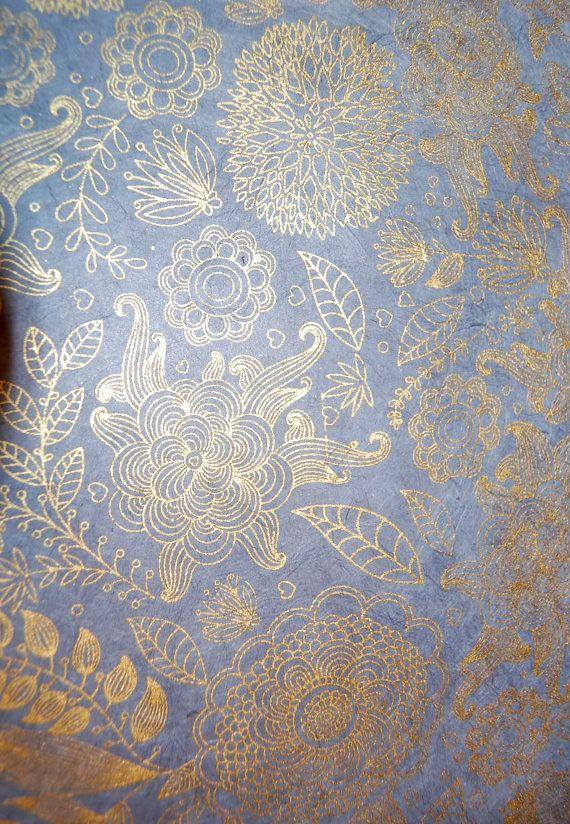 Dies ist eine wunderschöne metallic-gold-Design auf schieferblau. Schöne Blüten und Vögel Design auf einem weichen blauen Papier, das perfekt für Scrapbooking, Zeitschriften, Umschlag-Liner, Karten und viele andere Papier Handwerk.  Dieses Papier misst 7 x 9 Zoll.  Dieses atemberaubende Papier wird in Indien von Hand gefertigt.