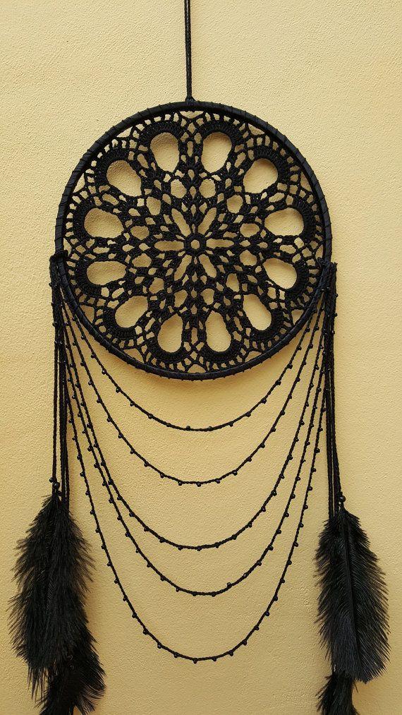 Cette magnifique Cerqueira noir est la plus grande taille et jai utilisé un napperon de crochet noir belle nouvelle.  Il est complètement noir.  Il contient des plumes, perles de verre et perles en bois.  Taille : diamètre de la créole 9.75(25cm) longueur du capteur de rêve 43(110 cm)  Peut-être ce capteur de rêves accrochera au-dessus de votre lit.  Il peut être une belle partie de lintérieur de votre maison.  Peut-être il va juste vous apporter paix avec force surnaturelle.  Attrapeurs de…