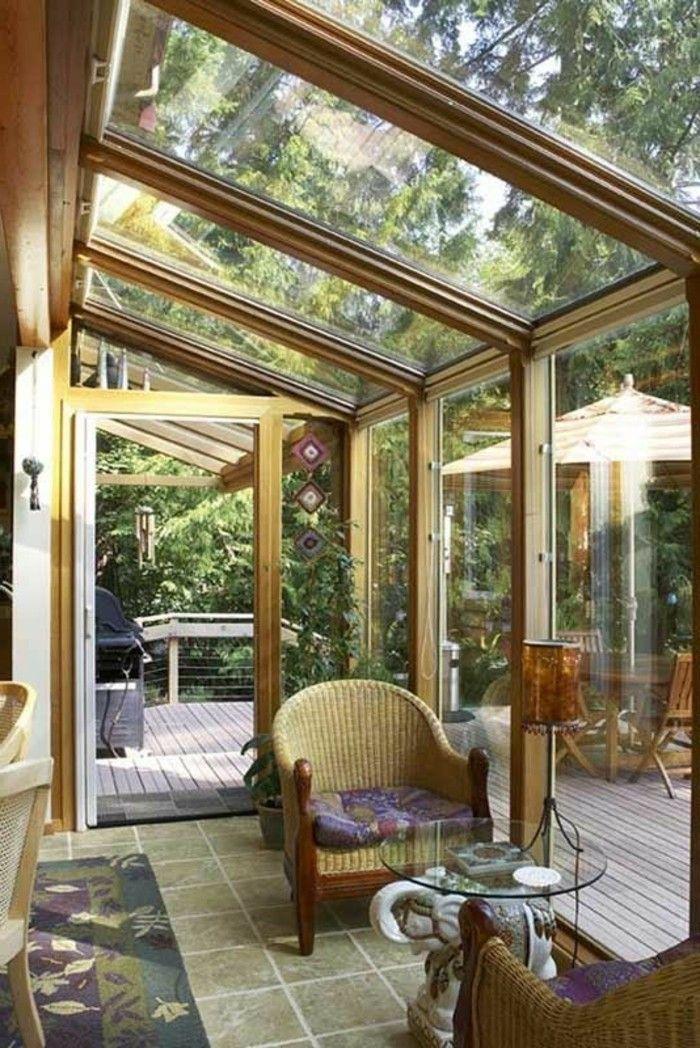 jolie veranda en verre et bois clair et plafond en verre