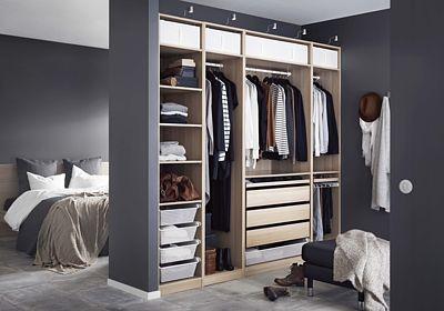 Účelně vybavená a přehledná šatní skříň Pax (14 600 Kč) je v ložnici nezbytná.