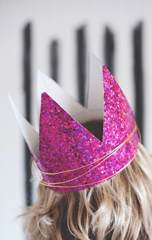 Glitter paper and jewelry wire have come together to create these really fun party crowns. I adore a pretty crown to brighten up a birthday, a girl's night out, even a Tuesday morning cleaning at home. Let's be honest… glitter and crowns make everything more fun. Even cleaning at home on a Tuesday. ;) These beauties …
