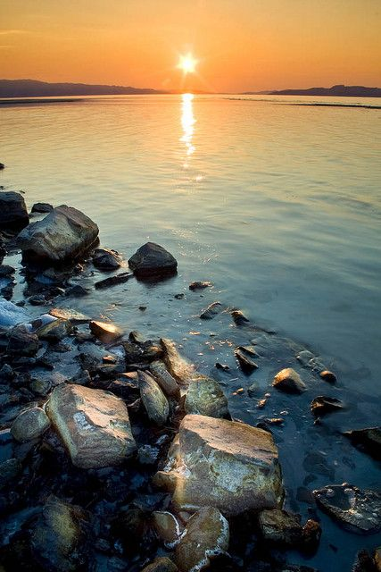The Great Salt Lake, located in the northern part of Utah, is the largest salt water lake in the Western Hemisphere, and the fourth-largest terminal lake (has no outflow) in the world. (V)