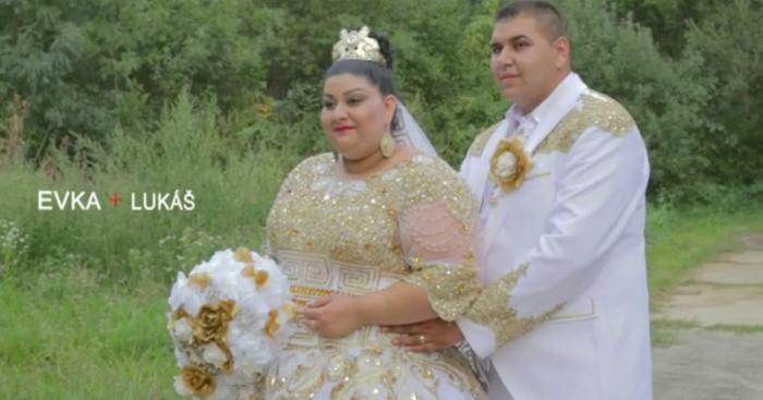 #интересное  Свадьба словацких цыган взорвала интернет своей помпезностью (11 фото)   Невесту осыпали золотом и банкнотами номиналом в 500 евро. Праздничные столы по-настоящему ломились от изысканных блюд. Ну а само торжество не смогло обойтись без огромной диаде