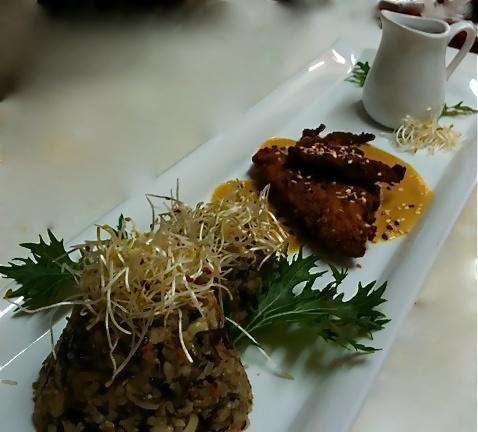 Arroz Salvaje, feta y queso azul apanados en trigo sarraceno, acompañados de mizuna, brotes de arveja y salsa agridulce de papaya chilena ...