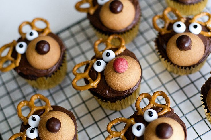 reindeer cupcakes using nilla wafers, pretzels, m&ms, and icing