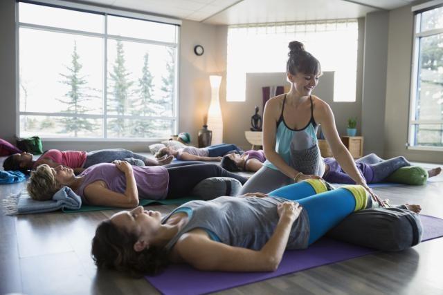 La postura del muerto, la postura del niño, la postura de la diosa y paschimottanasana son algunas de las posturas restaurativas del yoga.: Posturas restaurativas-Savasana