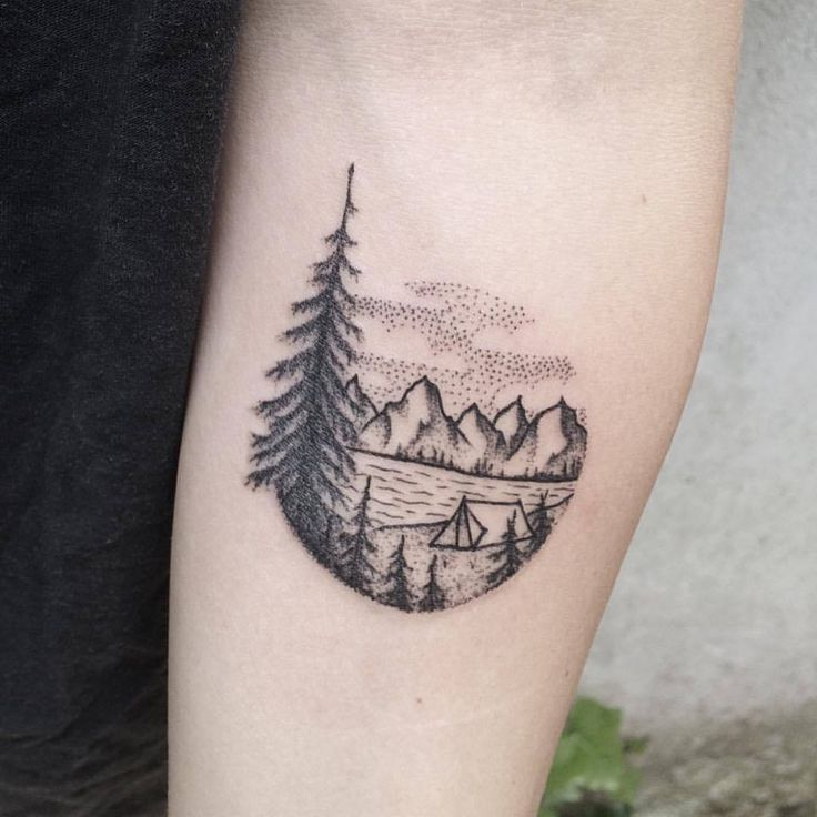 Kleine, gepunktete Landschaftstattoo eines Sees und der Berge. Auf dem linken Unterarm von Roald VD Broek eingefärbt