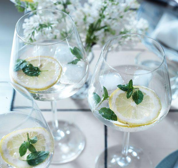 Solen skinner, og der skal fyldes sommer i glasset! Brug din hjemmelavede hyldeblomstsaft til denne skønne gin med mynte!