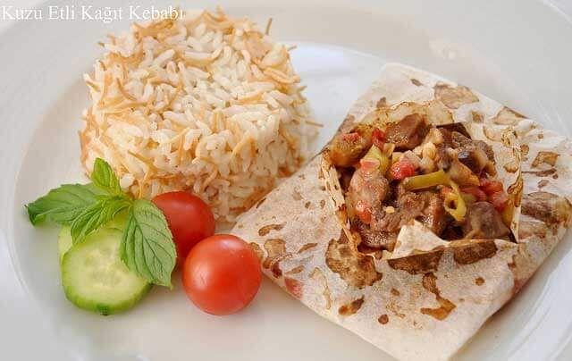 Heute stelle ich ihnen vor, wie sie Kebab in Backpapier zubereiten können. Es ist es Gericht, das einfach zuzubereiten ist und köstlich schmeckt. Hier die Zutaten und die Zubereitung für den Kebab in Backpapier. Zutaten fürKebab in Backpapier - Kağıt Kebabı ½ KG Lammfleisch (klein gehackt) 3 Tomaten 2 grüne Spitzpaprika 1 Zwiebel 1 EL…