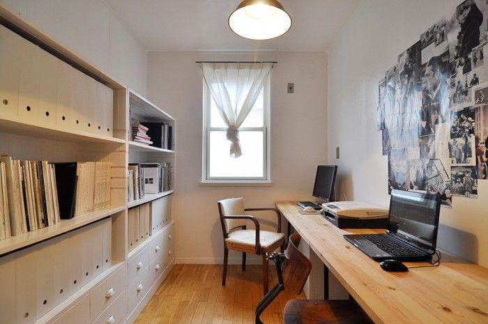 夫とふたりで使う仕事部屋は、敢えて男っぽく演出した。棚は造りつけで無駄なく空間を活用。