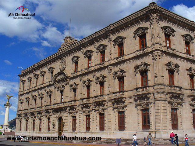 El Palacio de Gobierno de la Ciudad de Chihuahua, se construyó entre los años 1882 y 1892, de estilo neoclásico, los cuatro costados de la fachada son de cantera labrada dándole un realce muy bonito al inmueble. En 1947 se le añadieron un piso exterior y uno interior como se encuentra actualmente. En la planta baja se encuentran murales pintados por el muralista Aarón Piña Mora entre 1959 y 1962. Le invitamos a conocer este edificio en el Centro Histórico. www.turismoenchihuahua.com