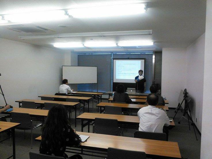 ノブ横地氏、講義中 写真はいつものポーズですね。 http://kumahachi.me/seminar/post-1053