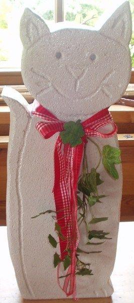 Eine aus Ytongstein ausgesägte Katze als Dekoration für das ganze Jahr. Die Katze ist wasserfest lackiert und kann sowohl draußen im Garten oder auch