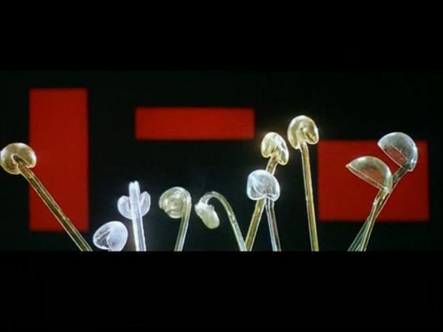"""""""La chant de la styrène"""", Alain Resnais (1958) by reinadafrica. """"Le chant de Styrène"""" (1958), el primer curtmetratge d'Alain Resnais, just un any abans de Hiroshima mon amour. La fàbrica de plàstics Péchiney li va encarregar a Resnais una apologia del polistirè. La música és de Pierre Barbaud, el creador de la música algorítmica. El que sentim en un moment donat és un poema de Raymond Queneau."""